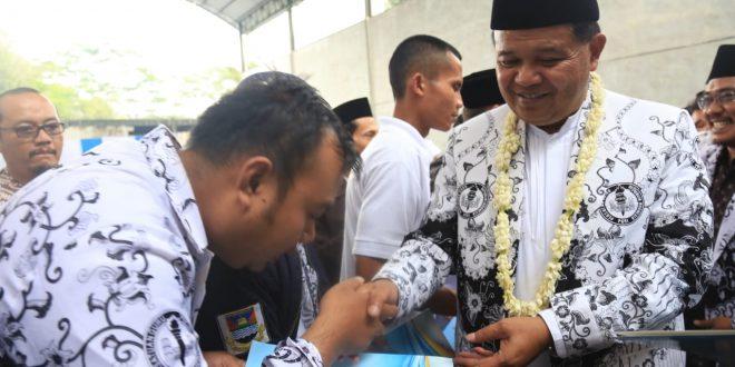 Bupati Bandung Barat Aa Umbara Sutisna secara simbolis menyerahkan SK Pengangkatan Guru Honorer, Jumat (5/4/2019)