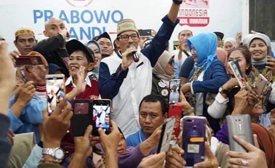 Relawan Prabowo-Sandi di Sekretariat Nasional, Menteng, Jakarta Pusat berfoto bersama Sandiaga