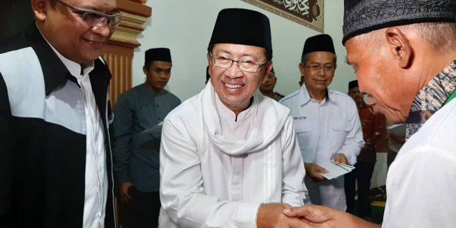 Plt Bupati Cianjur H Herman Suherman bersama Ketua Baznas Kabupaten Cianjur H Yosef Umar ketika menyerahkan santunan.