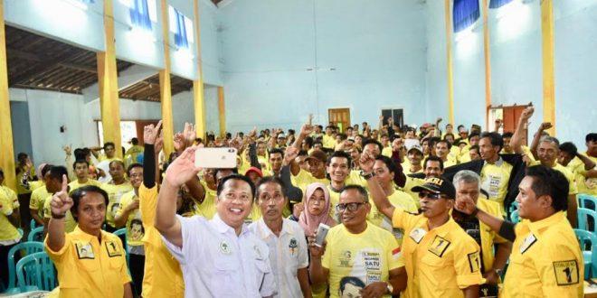 SELFI - Bambang Soeaatyi selfi usai melantik ribuan kader dan saksi Tempat Pemungutan Suara (TPS) Tim Pemenangan Bambang Soesatyo Kabupaten Kebumen, Jawa Tengah, Minggu (24/2). ist