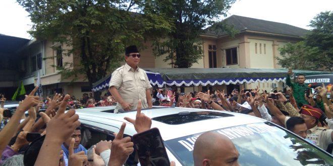 Prabowo diatas mobil memberikan hormat kepada masyarakat. (foto Barpas Nusantara)