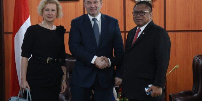 Ketua DPD RI Oesman Sapta, Rabu (27/2) diruang kerjanya menerima delegasi Russian Railways Alexander Misharin. Kedatangan delgasi itu dipimpin oleh Duta Besar Rusia untuk Indonesia Lyudmila Vorobieva, di Komplek Parlemen Senayan Jakarta, Rabu (27/2).