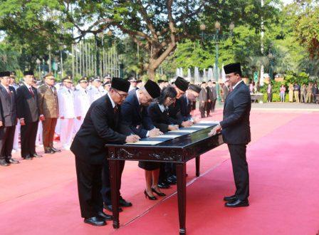 Gubernur DKI Jakarta Anies Baswedan melantik 1.125 pejabat Eselon II, III, dan IV di halaman Balai Kota DKI Jakarta, Senin (25/2). (bjc)