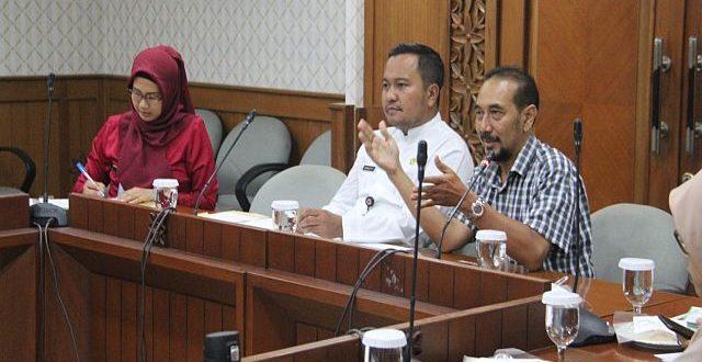 Pemkot Jaksel menerima audiensi seorang warga bernama Radya Bharata di Ruang Rapat Wakil Wali Kota Jakarta Selatan, kemarin.