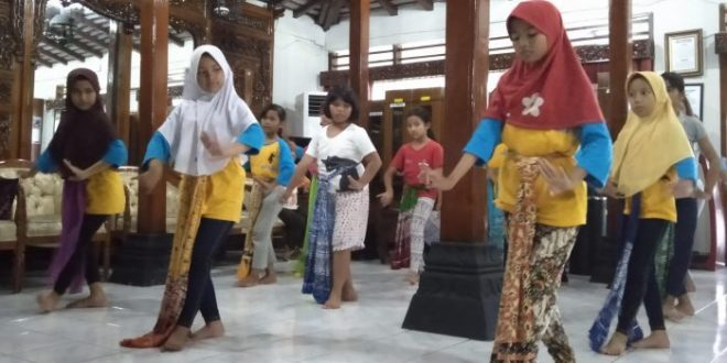 Anak-anak usia belia sedang berlatih tari rantoyo putri di Anjungan Jawa Tengah TMII, Jakarta. foto cendana