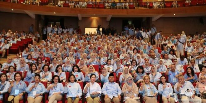 Titiek Soeharto, Capres Prabowo Subianto, Tutut Soeharto dan Mamiek Soeharto berfoto bersama relawan RBI di Padepokan Garuda Yaksa, Hambalang, Bogor, Jawa Barat, Rabu (20/2/2019). (cdn)