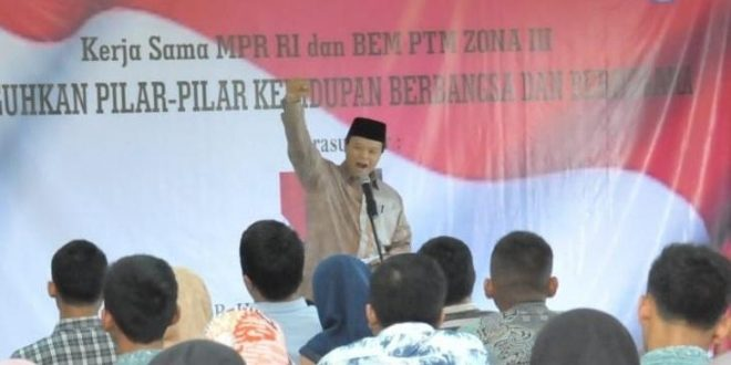 Wakil Ketua MPR Hidayat memberikan ceramah Sosialisasi Empat Pilar MPR RI kepada ratusan mahasiswa di Kampus Sekolah Tinggi Teknologi Mutu (STTM) Muhammadiyah di Tiga Raksa Tangerang, Banten, Jumat (22/2). (kh)