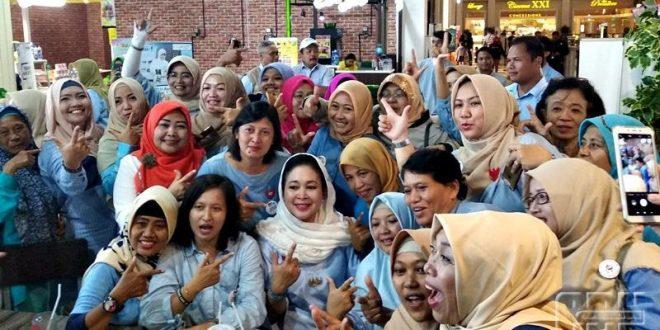 """Ketua Badan Pemenangan Nasional (BPN) Prabowo-Sandi Titiek Soeharto bersama pasukan Emak-emak di acara """"Rabu Biru"""" di Jogja City Mall (JCM) Yogyakarta, Rabu (27/2/2019). Foto Cendana"""
