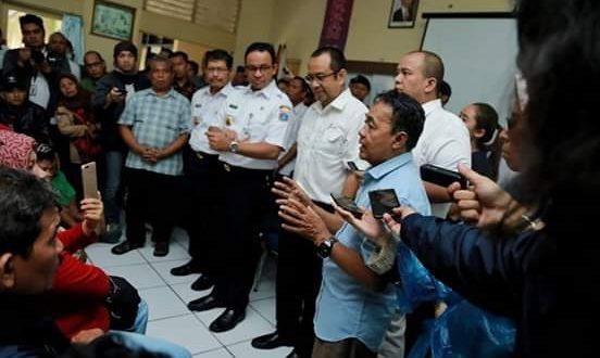 Gubernur DKI Jakarta Anies Baswedan didampingi Wali Kota Jakarta Selatan Marullah Matali kunjungi Pasar Blok A Fatmawati yang terbakar. foto humas