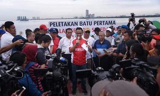 """Anies meresmikan peletakan batu pertama (ground breaking) Jalur """"Jalan Sehat dan Sepeda Santai"""" (Jalasena) dan Penanaman Pohon Bersama untuk Area Kawasan Pantai Kita dan Kawasan Pantai Maju, Jakarta Utara."""