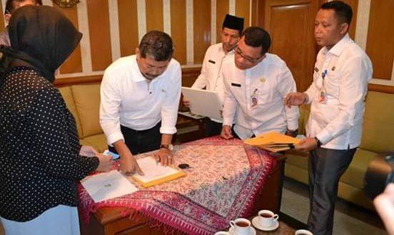 Wali Kota Administrasi Jakarta Selatan Marullah Matali menandatangani Berita Acara Serah Terima (BAST). (humas)
