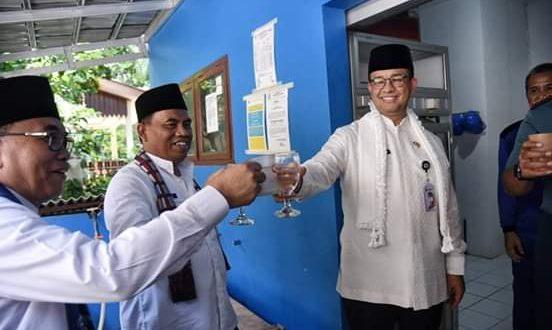 Gubernur Anies ketika mencoba minum air bersih dari fasilitas SWRO (Sea Water Reverse Osmosis) di Pulau Seribu.