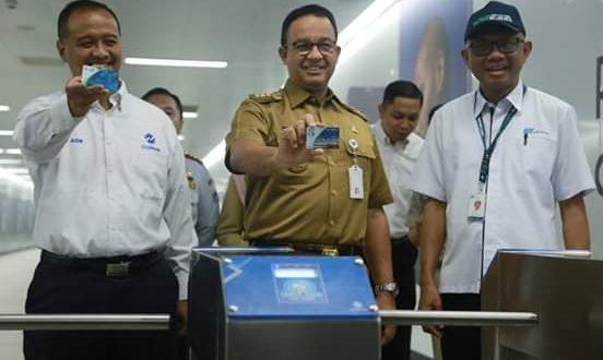 Gubernur DKI Jakarta Anies Baswedan berangkat kerja menggunakan Ratangga kemudian turun di Bundaran HI untuk pindah ke TransJakarta