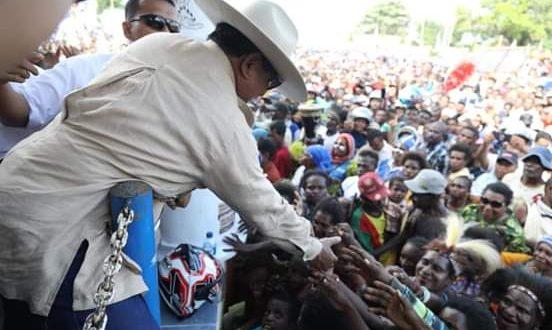 Masyarakat Papuan menyambut Prabowo ketika berada di sana