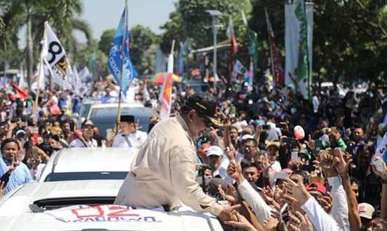Prabowo disambut massa ketika berada di Karawang