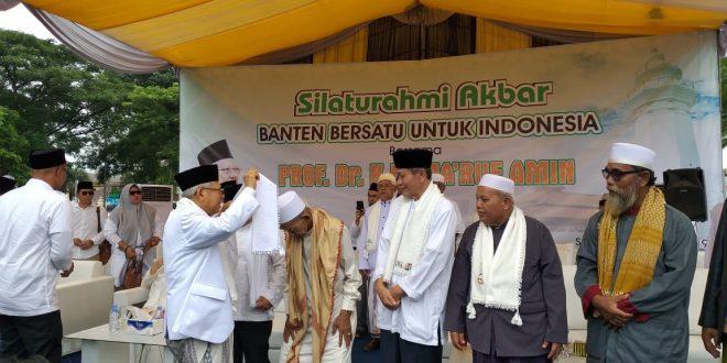 Cawapres KH Ma'ruf Amin berbincang bincang dengan para Ulama Banten usai acara Silaturrahmi Ulama Banten digelar di kediaman Abuya Ahmad Muhtadi bin Dimyathi al-Bantani di Cidahu, Pandeglang, Banten, Minggu (3/3)