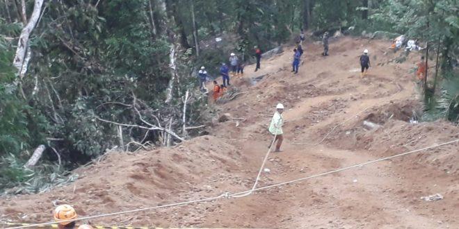 Tim SAR Gabungan meras sulit melakukan evakuasi korban longsor penambang emas di Sulut. (oto)