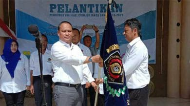 Pelantikan Pengurus PWI Perwakilan Kabupaten Cianjur oleh Ketua PWI Cabang Jawa Barat H Hilman Hidayyat di Taman Pancaniti Pendopo Kabupaten Cianjur. (mans)