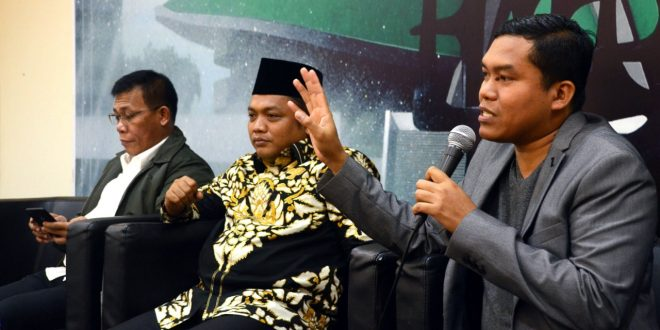 Anggota Fraksi PDIP MPR RI Masinton Pasaribu (kiri) Pakar Rohani sekaligus juru bicara PBNU, Nabil Haroen (tengah) dan Pangi syawi Chaniago (pengamat Politik ) Senin (4/3) sebagai pembicara pada Diskusi empat pilar MPR RI, membahas tentang 'Merawat Kebhinekaan Indonesia' diselenggarakan Pengurus Koordinatoriat Wartawan Parlemen bekerja sama dengan Biro Humas MPR RI di Gedung Parlemen Senayan Jakarta (foto edm)