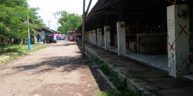 Sejumlah kios kosong tidak difungsikan para pedagang karena sepi pengunjung. (foto/man suparman)