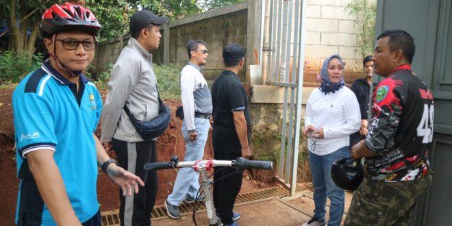 Wakil Wali Kota Cirebon Dra Hj Eti Herawati di sela kegiatan sepeda santai kemudian dilanjutkan dengan pengecekan batas-batas Stadion Bima, Jumat, (8/3) lalu. (mahmud)