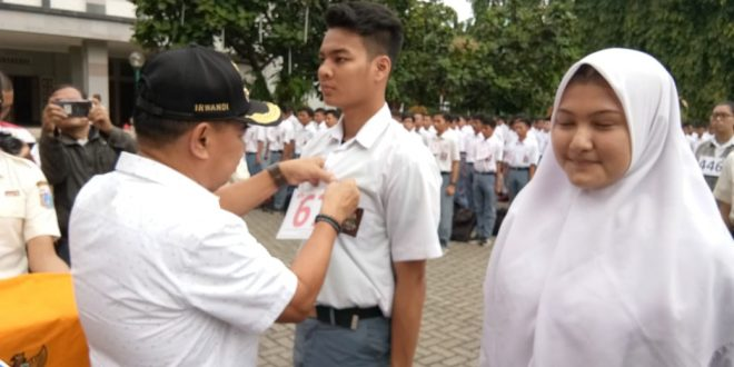 Wakil Wali Kota Jakarta Pusat Irwandi didampingi Kasudin Pemuda dan Olahraga Tedy Cahyono dengan penyematan nomor peserta Paskibraka. Foto humas