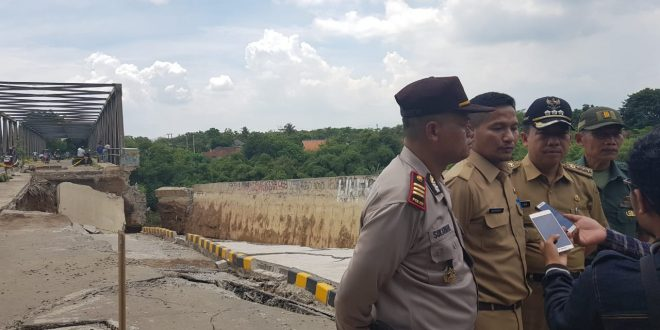 Sekretaris Dinas Pekerjaan Umum dan Penataan Ruang (DPUPR) Kabupaten Bekasi Iman Nugraha saat meninjau jembatan Cipamingkis. Foto deddy