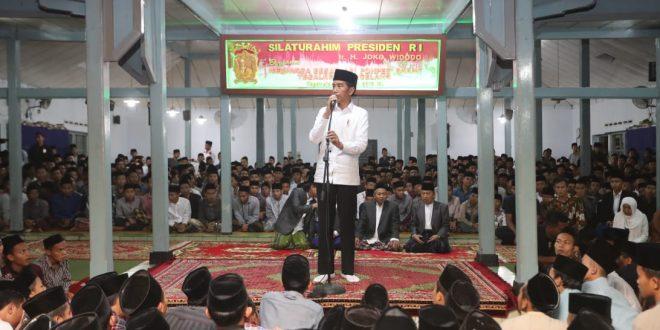 Joko Widodo berkunjung ke Pondok Pesantren Darussalam Timur Watucongol Kabupaten Magelang, Sabtu (23/3).