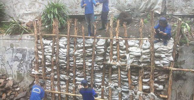 Satuan Tugas (Satgas) Sumber Daya Air (SDA) Kecamatan Kebayoran Baru melakukan perbaikan turap roboh sepanjang 12 meter di PHB Asem, Jalan Taman Brawijaya, Cipete Utara, Kebayoran Baru, Kota Administrasi Jakarta Selatan. Pengerjaan dilakukan mulai Jumat (1/3).(humas)