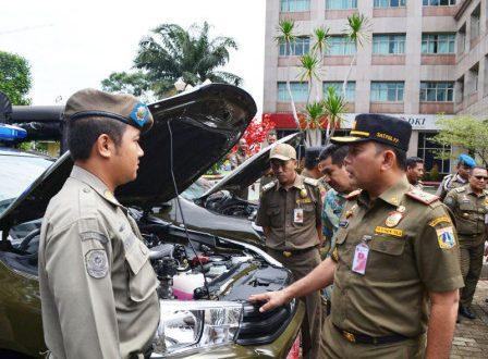 Kasatpol PP DKI Jakarta Arifin didampingi Asisten Pemerintahan Mahludin sidak Kendaraan Dinas Operasional (KDO) Satuan Polisi Pamong Praja Kota Administrasi Jakarta Selatan, Kamis (14/3). Foto/bjc