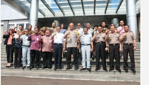 Anies Baswedan menandatangani Nota Kesepahaman (MoU) dan Perjanjian Kerja Sama (PKS) program Samsat Online Nasional di Ruang Vicon Lantai 2 Gedung NTMC, Jalan Letjen MT Haryono Kav 37-38 Pancoran, Jakarta Selatan, Kamis (4/4).