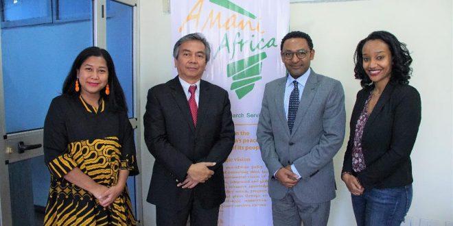 """Dr Solomon Dersso, Founding Director """"Amani Africa"""" dalam pertemuan dengan Al Busyra Basnur, Duta Besar RI untuk Ethiopia, Djibouti dan African Union, organisasi 55 negara Afrika, di kantor """"Amani Africa"""", Addis Ababa, Jumat (5/4)."""