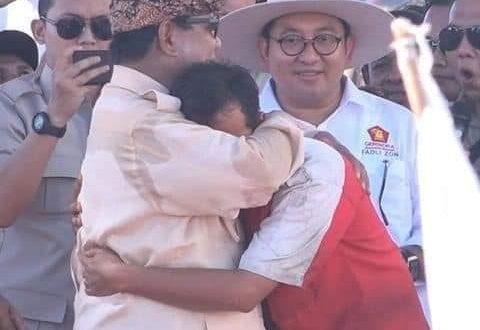 Prabowo pun merangkul Rizal dengan haru di atas panggung