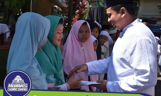 Penyerahan santunan kepada 100 anak yatim yang secara simbolis diserahkan oleh Bupati Sumedang kepada 15 anak yatim