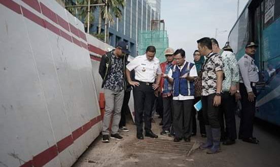 Gubernur DKI Jakarta Anies Baswedan melakukan peninjauan lokasi di sepanjang Jalan MT Haryono dan DI Pandjaitan