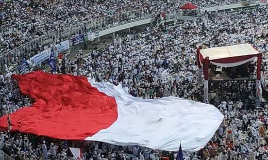 Merah Putih raksasa berkibar di Stadion Utama Gelora Bung Karno, Jakarta pada Minggu (7/4)