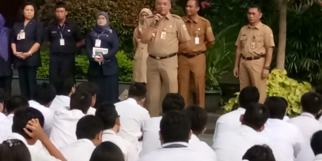 Wali Kota Jakarta Pusat Bayu Meghantara saat memberi pengarahan peserta Ujian Nasional Berbasis Nasional (UNBK) di SMA Negeri 68 Salemba, Jakarta Pusat, Senin (1/4).