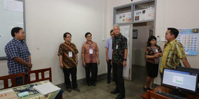 Gubernur Jawa Tengah Ganjar Pranowo memastikan tidak ada gangguan teknis maupun non teknis pada pelaksanaan Ujian Nasional Berbasis Komputer hari kedua, Selasa (2/