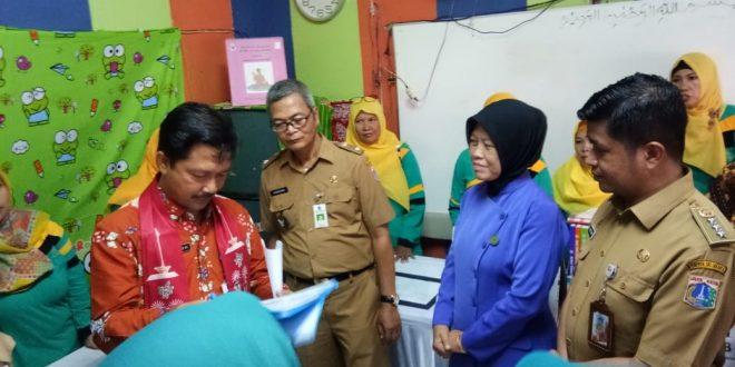 Ketua Tim Penilai Posyandu Kementerian Dalam Negeri RI Wawan Munawar saat menilai Posyandu Cempaka III, Selasa (2/4).