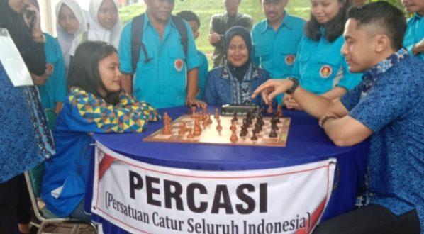 Wabup Bandung Barat Hengki Kurniawan bermain catur dengan atlet Percasi KBB Relsa Frilamni Milleniar.