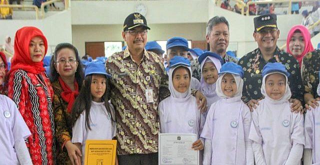 Wali Kota Administrasi Jakarta Selatan Marullah Matali melantik sebanyak 1.108 dokter kecil dari 38 sekolah se-Kecamatan Pasar Minggu di Balai Prajurit Cilandak, Kamis (4/4).