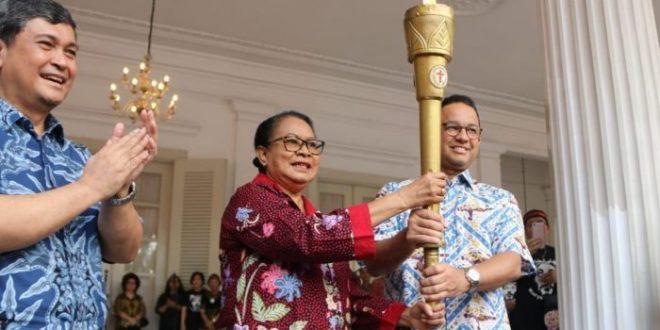 Anies Baswedan dan Menteri Pemberdayaan Perempuan dan Perlindungan Anak Yohana Yembise menerima dan memberangkatkan peserta kirab Obor Paskah Nasional 2019 di Balai Kota DKI, Minggu (5/5/2019).