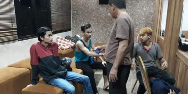 Anggota Jaguar Polresta Depok mengamankan tersangka geng motor yang membacok tangan korbannya di Jalan Margonda, Kemiri Muka, Beji, Kota Depok, Jawa Barat, Rabu (15/5/2019)