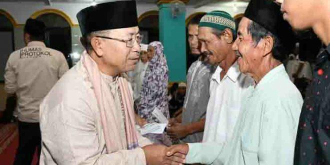 Badan Amil Zakat Nasional (Baznas) Kabupaten Cianjur, Jawa Barat, sambil bertarawih keliling (Tarling) dengan Bupati Cianjur, H. Herman Suherman, membagikan paket sembako kepada warga masyarakat.