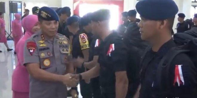100 personel Brimob untuk pengamanan di Jakarta. Pelepasan pemberangkatkan itu di Mapolda Sulsel. foto Detik.com