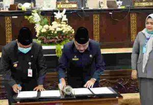 Ketua DPRD Kalsel H Supian HK ( kanan) dan Gubernur Kalsel H Sahbirin Noor (kiri), menandatangai dokumen Keputusan Raperda